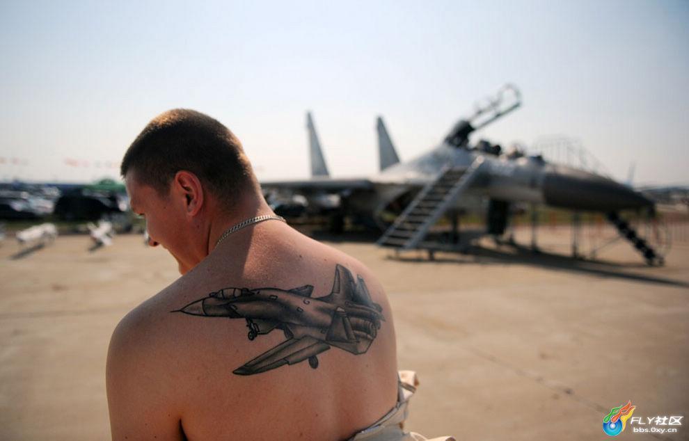 一名俄罗斯专家展示他背上的苏-30飞机纹身